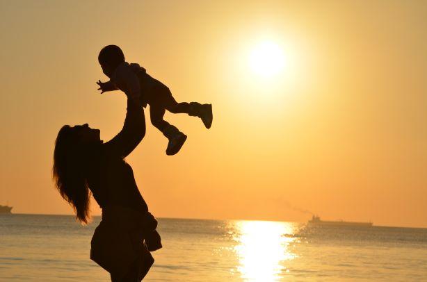 هدية عيد الأم أم طفلها
