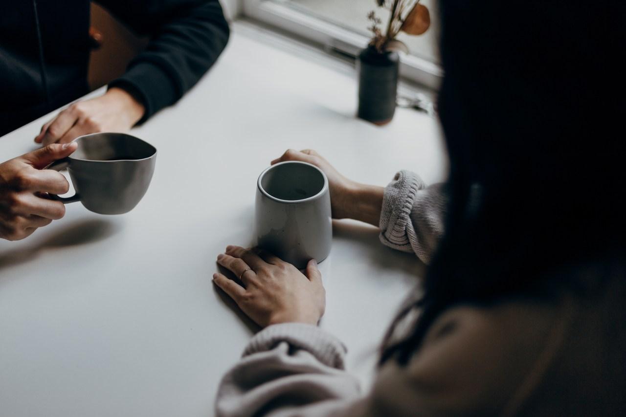 يد تشرب كوب قهوة