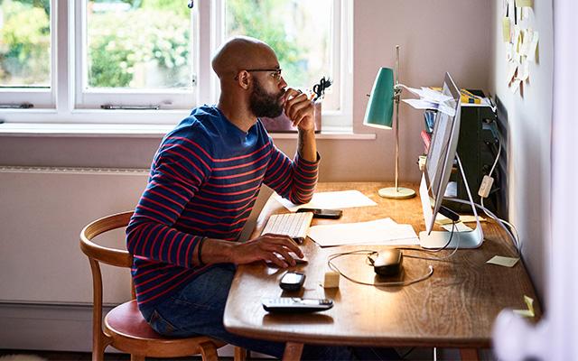 التكيف للعمل عن بعد في مكاتب افتراضية مكتب لابتوب