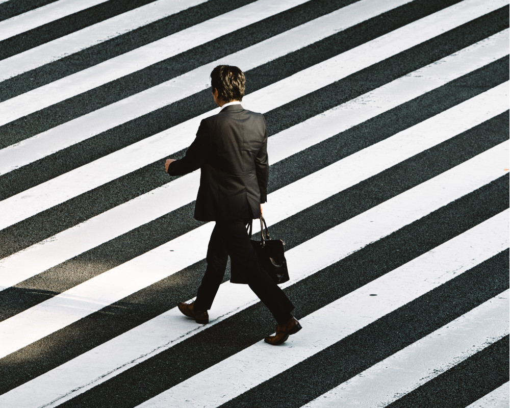رجل أعمال رائد أعمال يمشي
