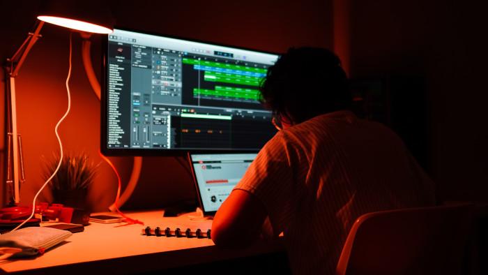 فريلانسر مطور ويب يعمل في غرفة مظلمة