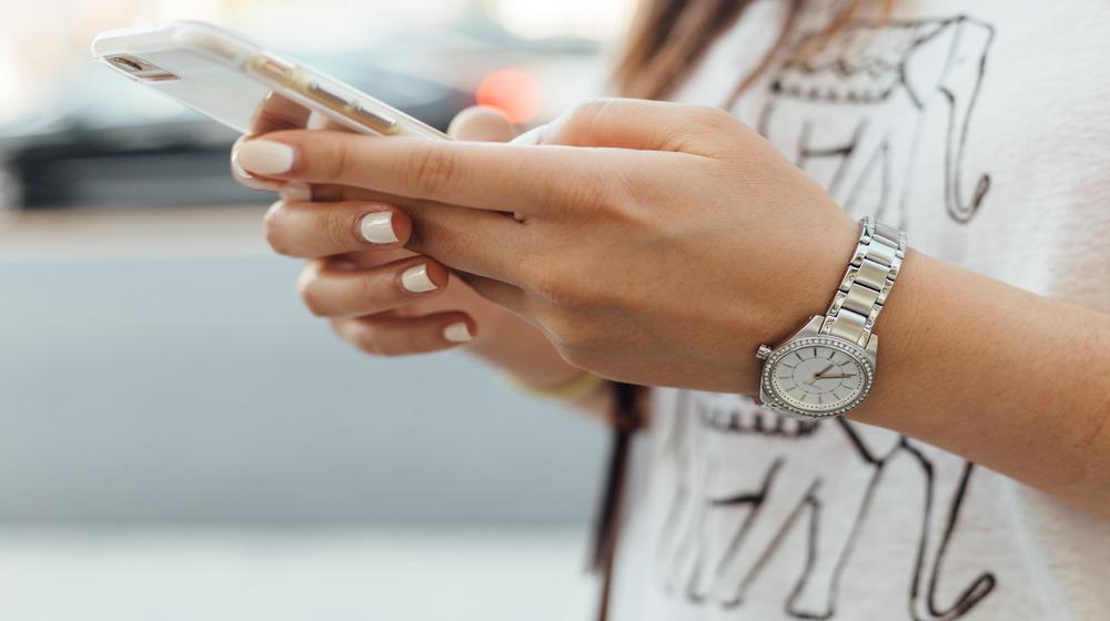 يد تحمل هاتف محمول تصميم